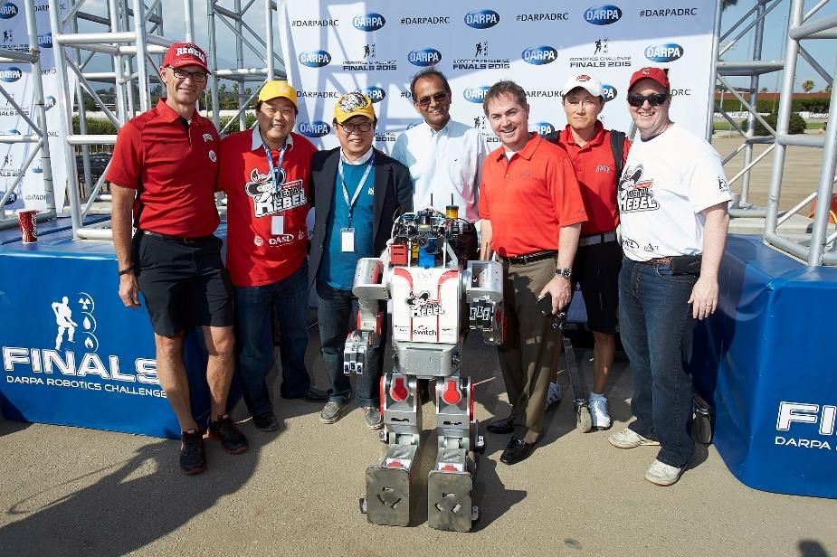 Пол Ох с командой, и робот Хубо